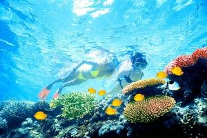 2 girls snorkeling
